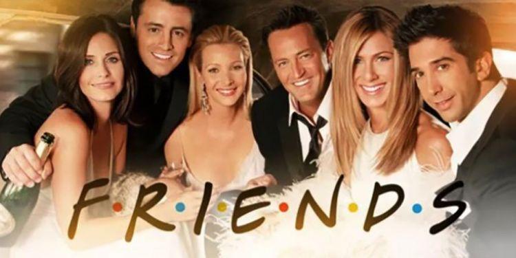 Nostalgie : Courtney Cox fait une cover du générique de Friends au piano.