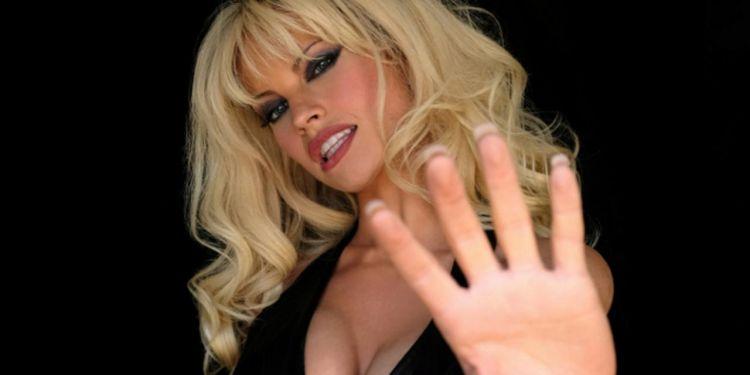 Pam and Tommy, l'incroyable transformation de Lily James en Pamela Anderson.